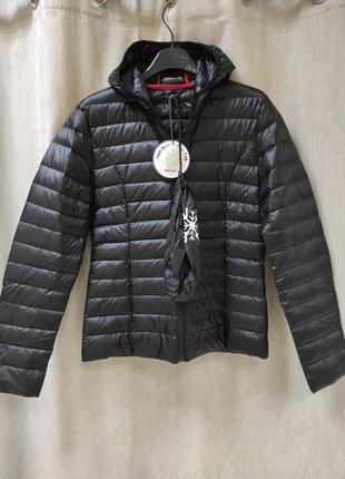 Черная курточка пуховик с капюшоном