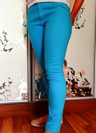 Бирюзовые джинсы с высокой талией