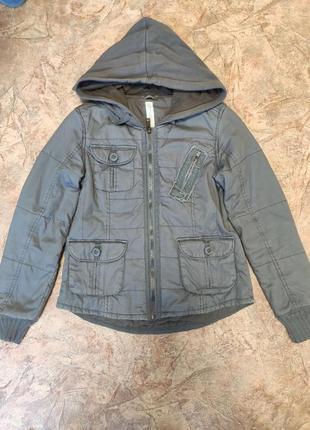 Куртка короткая спортивного стиля с капюшоном