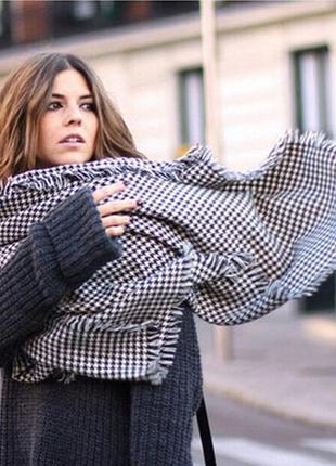 Очень красивый и стильный брендовый шарф-палантин.