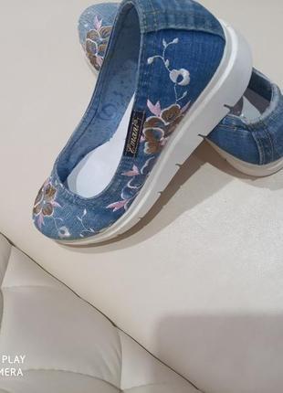 Джинсовые балетки на платформе с вышивкой