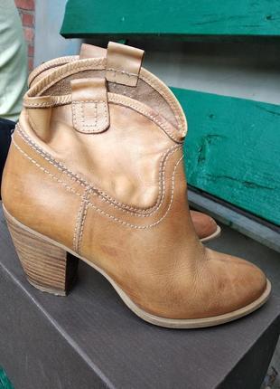 Короткие сапоги женские на каблуке