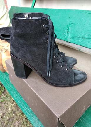 Короткие ботинки женские черные с открытым носком замшевые