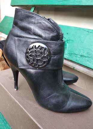 Короткие ботинки женские черные кожаные на шпильке