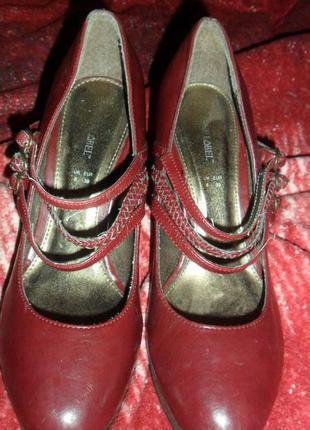 Вишневі туфельки дуже зручні