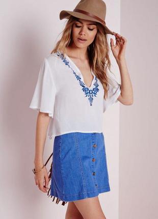 Блуза с голубой вышивкой белая