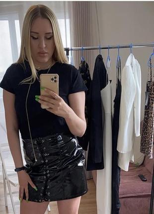 Чёрная виниловая юбка