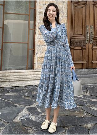 Красивое голубое платье с орнаментом