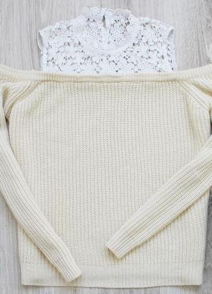Ванильный свитер с открытыми плечами и кружевной вставкой