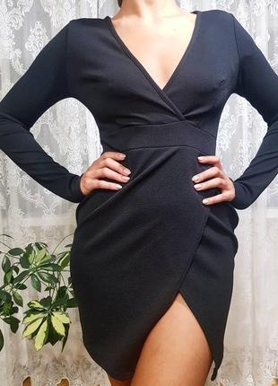 Откровенное мини платье  prettylittlething черное под запах с декольте