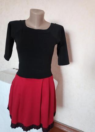 Женское платье чёрное с красным с кружевом короткое
