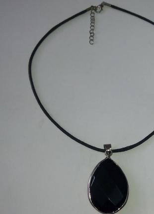 Кулониз  из  черного стекла на шнурке.