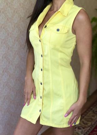 Джинсовый приталенный сарафан платье