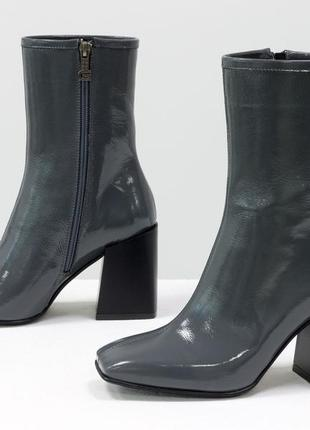Кожаные крутые серые лаковые ботинки на каблуке