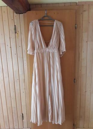 Шикарное плиссированное платье в пол нюдовое
