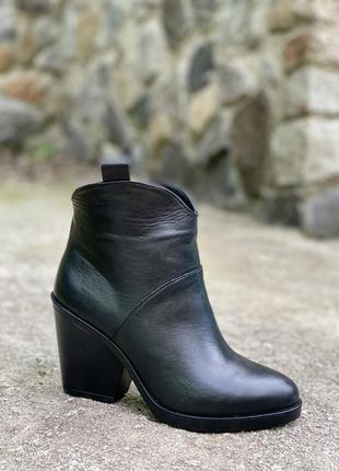 Женские кожаные казачки на квадратном каблуке