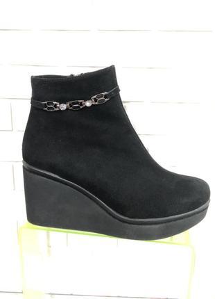 Женские замшевые ботинки на небольшой платформе