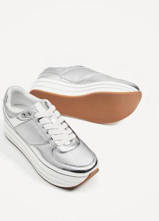 Стильные серебристые кроссовки на платформе zara