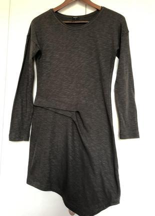 Ассиметричное трикотажное платье. хлопковое осеннее трикотажное платье. нидерланды