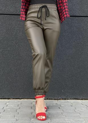 """Стильные кожаные штаны """"джоггеры"""" цвета хаки zh-990-haki"""