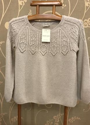 Очень красивый и стильный брендовый свитерок светлого цвета.