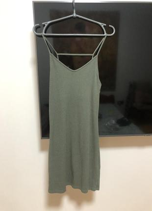 Платье на бретелях в рубчик дизайнерское фисташка хаки по фигуре