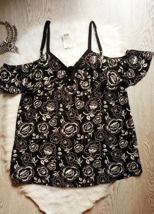 Черная блуза со шнуровкой открытыми плечами в белый цветочный принт рисунок рюшами
