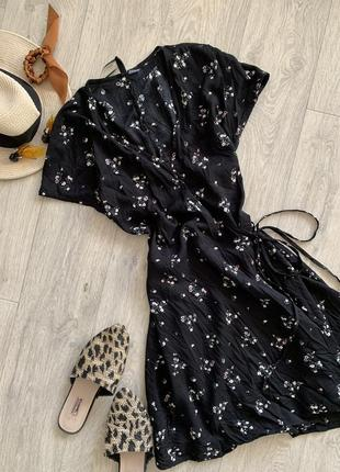 Чёрное платье на запах в цветы h&m