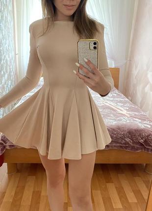 Кокетливое короткое бежевое платье