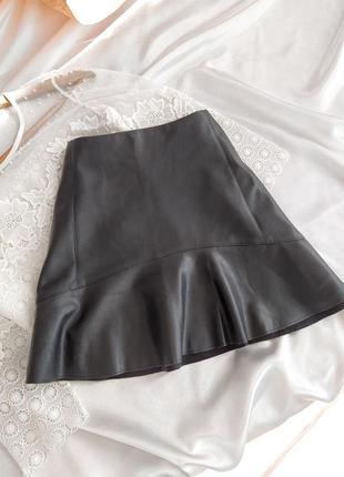 Стильная юбка под кожу с замочком mango
