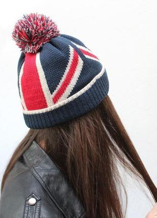 Очень красивая и стильная брендовая вязаная шапочка.