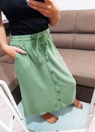 Фисташковая юбка миди на пуговицах