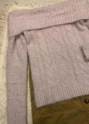 Мягкий светер в косах с открытыми плечами сиреневый тренд