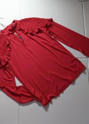 Блуза трикотажная с кружевом на плечах, прямой крой