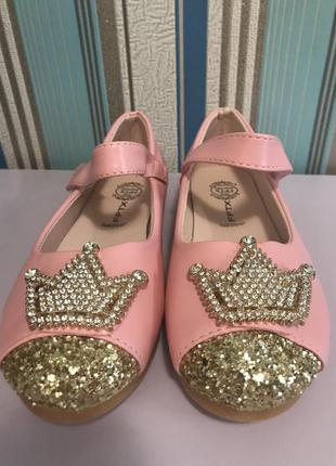 Розовые туфельки туфли с короной, для принцесс и стильных девочек.32 размер. новые.
