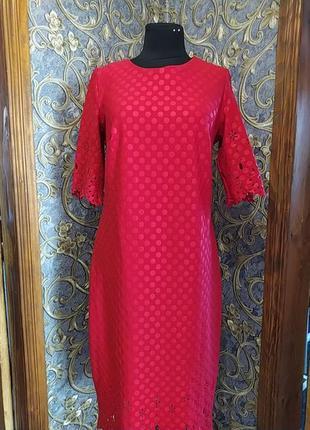 Красное платье с очень красивым рисунком на рукавах и низом