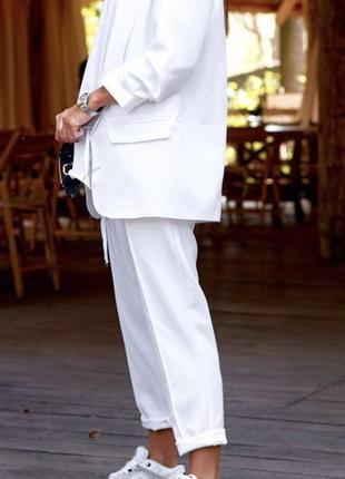 Белый костюм брючный