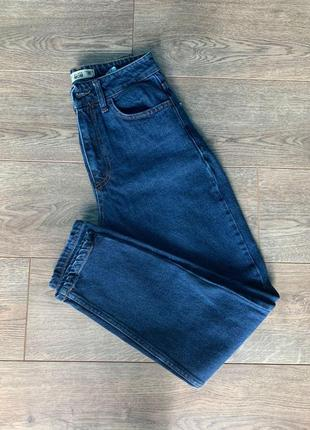 Темно-синие джинсы мом