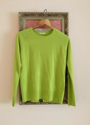 Мягенький пуловер з акцентом на спинці