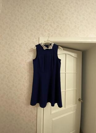 Синее платье с кружевным воротником