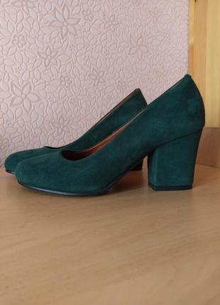 Темно-зелёные деловые замшевые туфли на среднем устойчивом каблуке