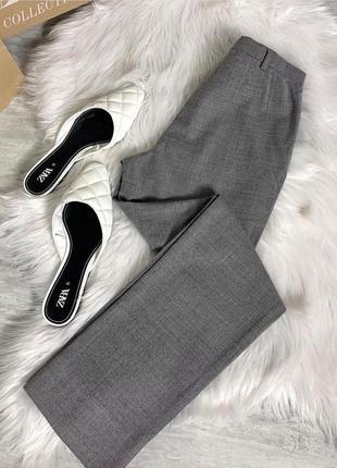 Серые брюки mango