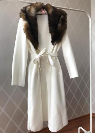 Пальто из натуральной ткани шерсть вискоза италия мех воротник белое крем