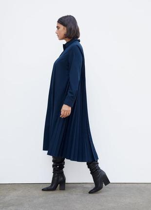 Платье-рубашка свободного кроя с плиссировкой
