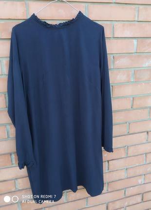 Стильне пряме плаття з елегантним розрізом на спині і гарними рукавами