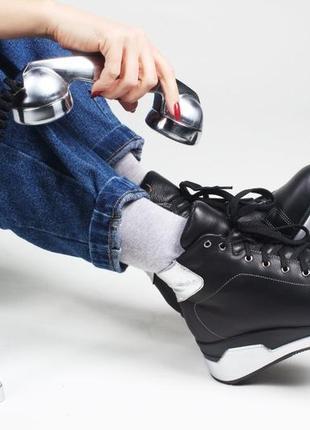 Зимние ботинки на невысокой танкетке с серебряными вставками