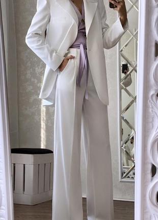 Эффектный белый брючный костюм