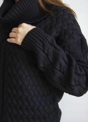 Черный свитер с большим воротником