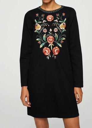 Черное джинсовое платье с вышивкой