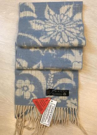Очень красивый и стильный брендовый шарф в цветах..100% шерсть.